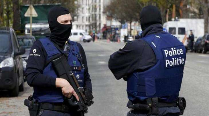 Brussels police surround 'bomb suspect', cordon off city centre