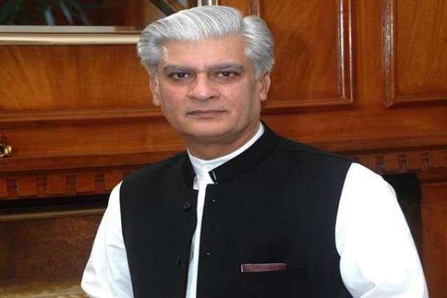 وزير الدفاع والمياه والطاقة الباكستاني يؤكد على ضرورة تعزيز قطاع التعليم في البلاد