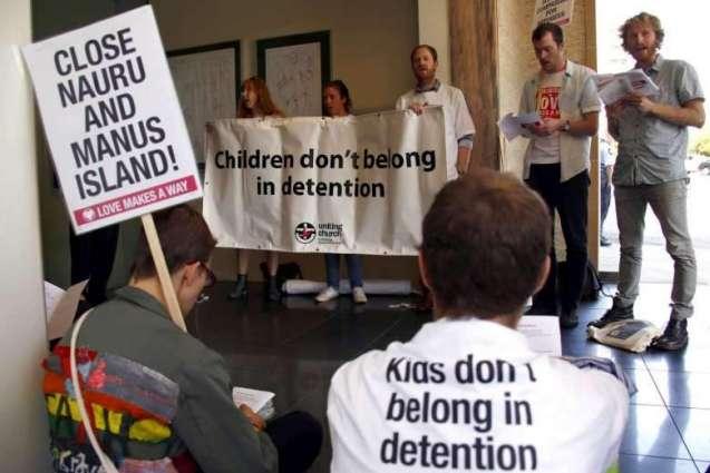 Australia doctors challenge asylum secrecy laws
