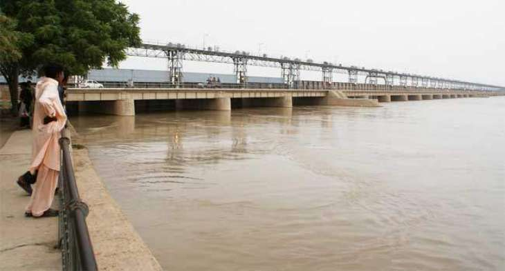 Indus continues to run in low flood