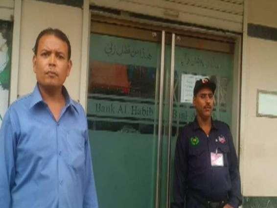 Karachi: Fearless guard failed bank robbery