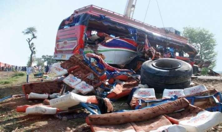 مظفرگڑھ وچ مسافر بس اتے ٹرالے وچ تصادم دے نتیجے وچ 3بندے جاں بحق اتے 16 زخمی