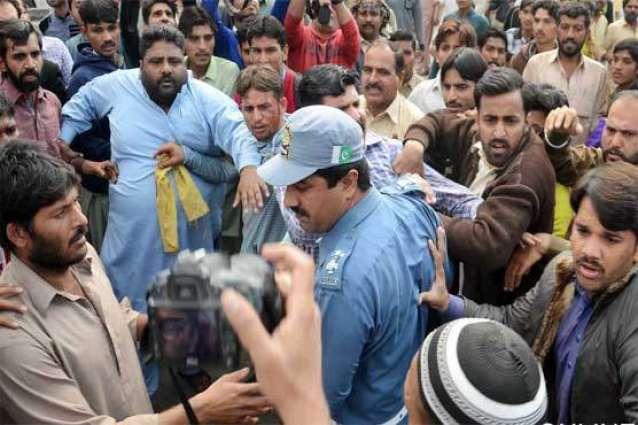 ملتان: نشے وچ دھت 2 پولیس اہلکاراں دا رکشا ڈرائیور اُتے تشدد
