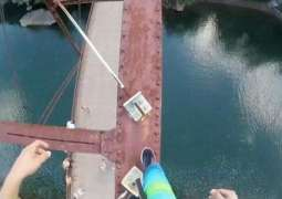 Strange show of bravery, American Teenager jumps of 105 ft high bridge