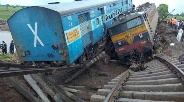 Engine of Karachi Express derails, passengers safe
