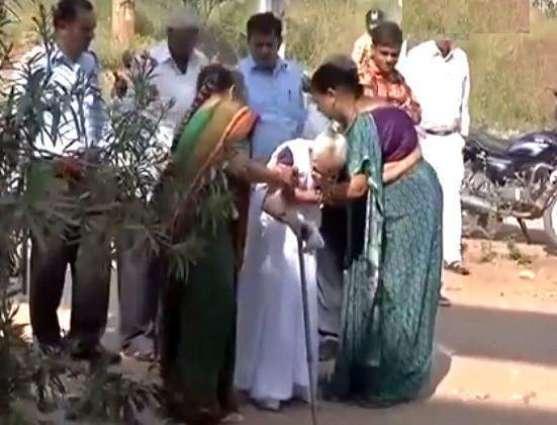 بھارتی وزیر اعظم نریندر مودی دی والدا وی کرنسی نوٹ بدلان لئی بنک پہنچ گئیاں