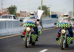 خیبرپختونخوا : ٹریفک پولیس نے سردی توں بچاءلئی شہریاں نوں دستانے دینے شروع کر دِتے