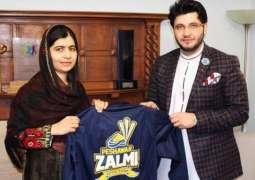 پشاور زلمی دے مالک جاوید آفریدی دی ملالہ یوسفزئی نال ملاقات