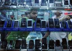 ایف آئی اے دے کرائم سرکل دی صدر موبائل مارکیٹ وچ کارروائی، مشہور برانڈز دے جعلی موبائل فونز برآمد