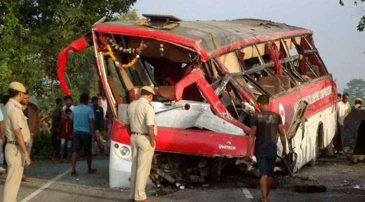 بھارت: سکول بس حادثے دا شکار،24بال ہلاک حادثے وی وجہ اجے تک پتا نہیں لگ سکی، وزیر اعظم دا ہلاک ہون والے بالاں دے وارثاں نال ہِرکھ دا وکھالا