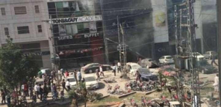 ڈیفنس زیڈبلاک دی کمرشل مارکیٹ ا چ زور دار بم دھماکہ، 5 افراد بندے بحق، 21 زخمی  دھماکہ اچ جاں ..