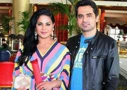 Veena Malik mad e a financial scarifice for Asad Khattak: Mufti Naeem