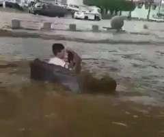 سعودی عرب: سیلاب دوران مزے کرن والے 2 نوجواناں دی ویڈیو سوشل میڈیا اُتے وائرل