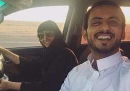 سعودی نوجوان دی کار چلاندے ہوئے والدہ نال سیلفی انٹرنیٹ اُتے وائرل