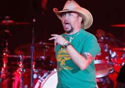 Country star returns after shooting on patriotic note