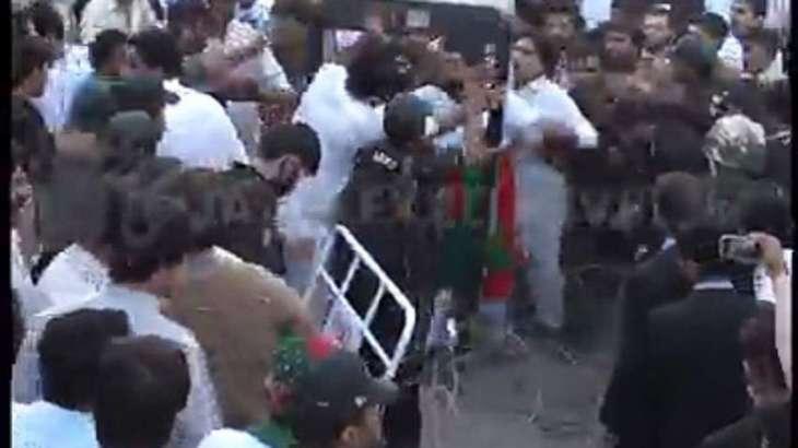 پشاور این اے4: تحریک انصاف دے امیدوار ارباب عامر دے حجرے وچ فائرنگ' نوجوان ہلاک
