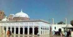 مشہور صوفی شاعر بابا فرید گنج شکر دے مزار اُتے سوانی پولیس اہلکار دی شرمناک حرکت