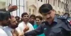 پولیس افسر دی احتجاج کرن والے پڑھیار نوں سرعام مارن دی دھمکی