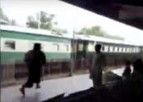ملتان ریلوے سٹیشن اُتے فلمی سین بن گیا، شوہر نے سینکڑیاں لوکاں ساہمنے بیوی نوں منا لیا
