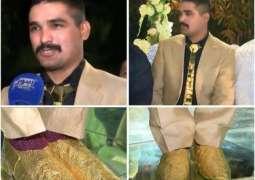 Extravagance at weddings: Lahori groom surprises everyone wearing gold tie, shoes
