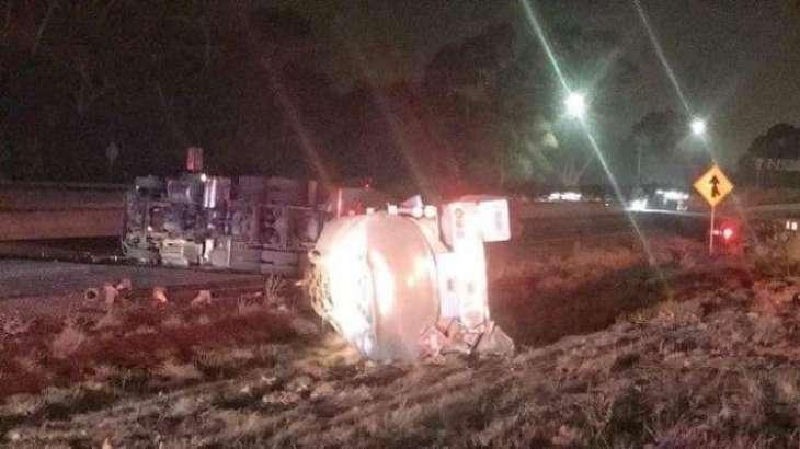 ساہیوال:40ہزار لیٹر تیل لے کے جان والا آئل ٹینکر فٹ پاتھ نال ٹکر کھا کے اُلٹ گیا