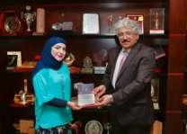 رئيس جامعة البحرين يتسلم نسخة من كتاب تطوير مناهج الرياضيات