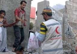 الهلال الأحمر الإماراتي يوزع سلالا غذائية بمديرية المظفر وسط مدينة تعز