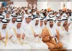 محمد بن زايد يؤدي صلاة عيد الفطر
