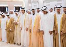 طحنون بن محمد يؤدي صلاة عيد الفطر السعيد ويستقبل جموع المهنئين