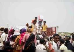 """تنفيذا لتوجيهات رئيس الدولة .. """" الهلال """" يبدأ توزيع المساعدات الإنسانية والغذائية العاجلة على أهالي المناطق المحررة في الحديدة"""