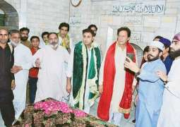 Journalist gives two reasons of Imran Khan's visit to Pakpattan shrine