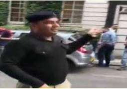Man in Punjab Police uniform protests uniquely against Nawaz Sharif in London