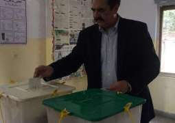 Former army chief Gen (r) Raheel Sharif casts vote