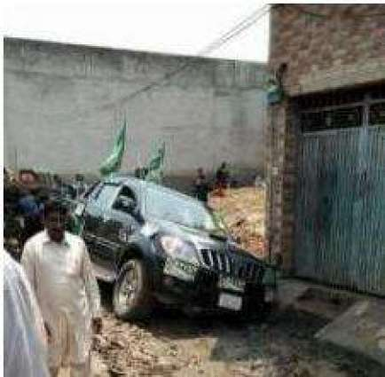 Election campaigns: PMLN candidate's car gets stuck in unpaved street