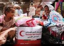 """""""الهلال الأحمر"""" يخلص أهالي """"المنظر"""" في الحديدة من عملية التجويع الحوثية ويمدهم بالغذاء"""