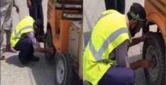 Traffic warden helps elderly rickshaw driver change his tyre