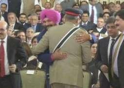 Sidhu meets COAS Bajwa at Imran Khan's oath-taking ceremony