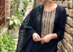 Stunned wearing black, Mahira Khan pouts with 'homegirls'