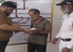 کراچی:ٹریفک پولیس اہلکار نے ایمانداری دی وڈی مثال قائم کر دتی