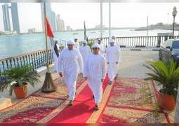 حمدان وزايد بن محمد بن خليفة يتوجان الفائزين في سباق الضبعية للمحامل الشراعية فئة 43 قدما