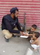 Policeman shares meal with children during Muharram duty, picture goes viral