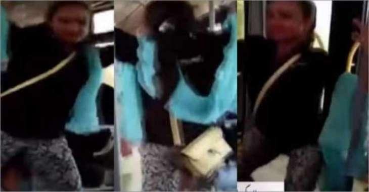 لاہور میٹرو بس وچ کُڑی دا انوکھا انداز ڈانس کر کے بھیک منگی، انتظامیہ نے بس وچوں کڈھ دتا