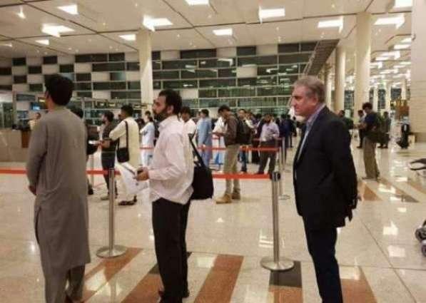 ایہ اے نواں پاکستان:وزیر خارجا عام شہریاں وانگ ائر پورٹ اُتے لائن وچ کھلوتے رہے