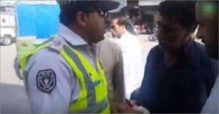 پشاور دی ٹریفک پولیس اک وار فیر چھا گئی پشاور وچ ٹریفک پولیس اہلکار نے رشوت لین توں انکار کر دتا