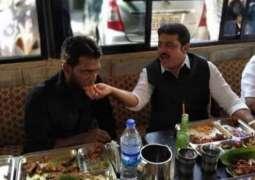 باورچی دے کھانے تے سلیقے توں متاثر ہو کے وزیر نے 25ہزار رُپئے انعام دے دتا