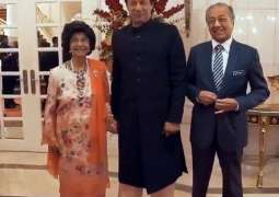 Fangirl moment: Malaysian First Lady requests PM Imran to hold his hand