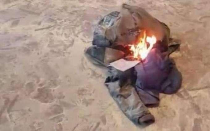 2وزیراں نے ائر پورٹ اُتے اپنے ای کپڑے ساڑ دتے کپڑے ساڑن دی ویڈیو سوشل میڈیا اُتے وائرل ہو گئی