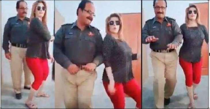 پولیس افسر دی سوانی نال ڈانس کرن دی ویڈیو سوشل میڈیا اُتے وائرل،انسپکٹر معطل