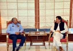 وزیراعظم عمران خان نال پاک فضائیہ دے سربراہ ایئر چیف مارشل مجاہد انور خان دی ملاقات