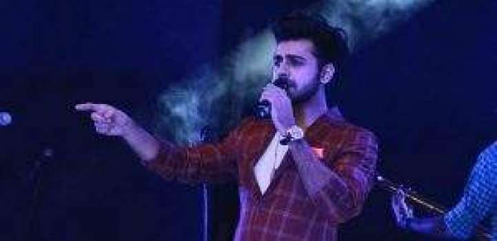 Farhan Saeed pays tribute to Junaid Jamshed in live concert